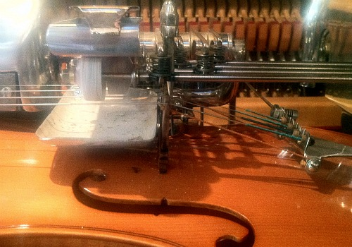 Violano Virtuoso bowing mechanism
